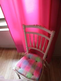 La chambre Christine 39 €/une personne, 56€/2 personnes ( salle de bain privative ou partagée uniquement avec vos amis présents à l'étage si vous êtes un groupe de 4 )
