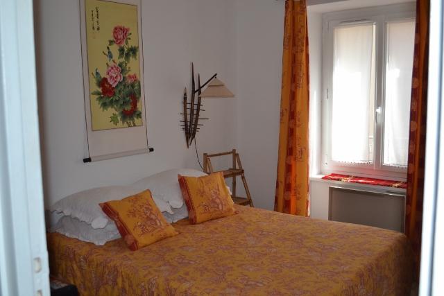 La chambre chinoise.39 €/une personne, 56€/2 personnes ( salle de bain privative ou partagée uniquement avec vos amis présents à l'étage si vous êtes un groupe de 4 )