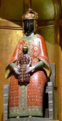 """Reproduction de la Vierge Noire d'origine vénérée au Puy en Velay. Cette copie se trouve dans la chapelle latérale, dite """" des reliques"""", et non pas dans le choeur où se trouve une autre Vierge Noire placée après la Révolution frnaçaise en remplacement de la statue antique brulée par les révolutionnaires."""
