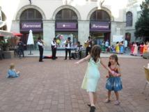 On se prépare et déjà les enfants dansent sur la place du Plot...