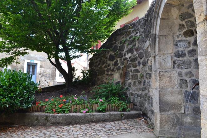 Entre ville et campagne, une placette du quartier du Pouzarot au centre du Puy.